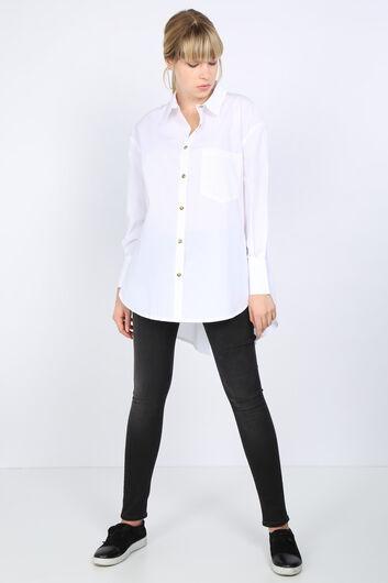قميص نسائي كبير الحجم بفتحة من الخلف أبيض اللون - Thumbnail