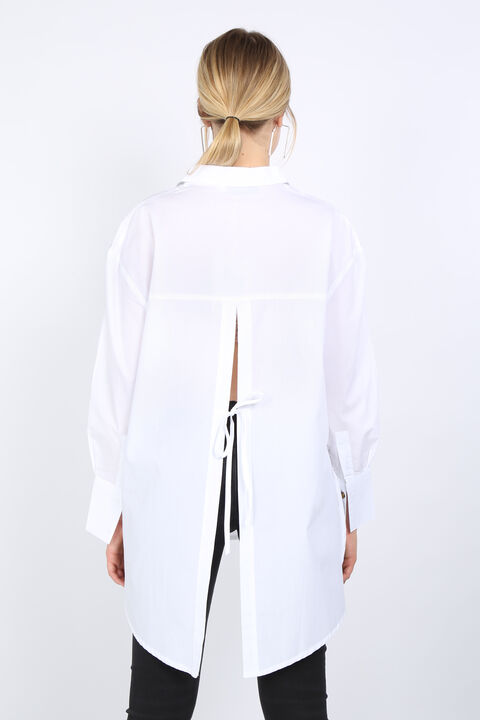 Белая женская рубашка оверсайз с разрезом на спине
