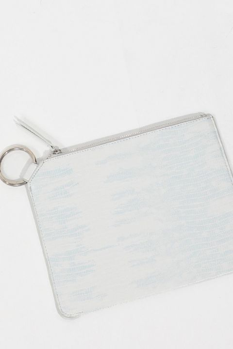 حقيبة يد نسائية بيضاء مزينة بحلقة تمساح