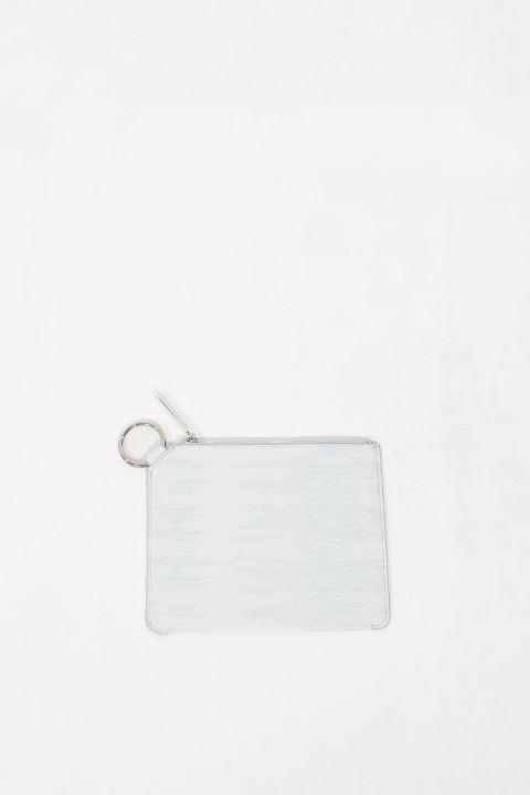Белая женская сумка с кольцами и узором под крокодил