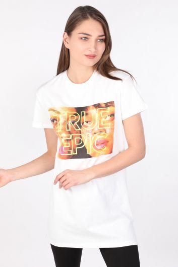 Женскаядлинная футболкас круглым вырезом ипринтом белого цвета - Thumbnail
