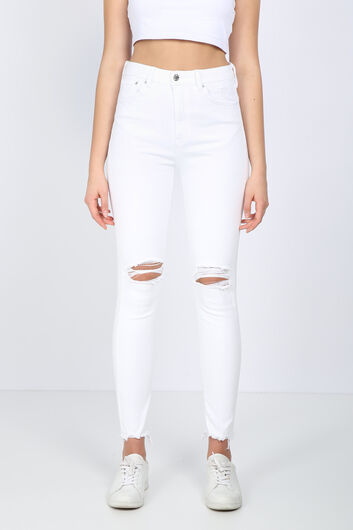 Женские белые рваные джинсовые брюки с детализированной отделкой - Thumbnail