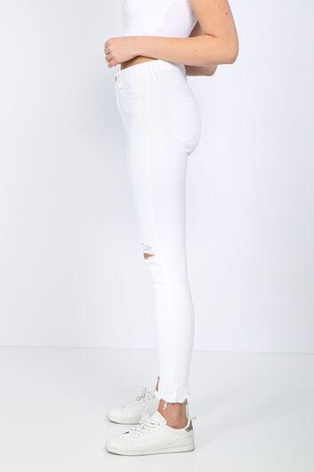 MARKAPIA WOMAN - Женские белые рваные джинсовые брюки с детализированной отделкой (1)