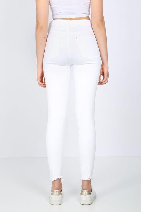 Женские белые рваные джинсовые брюки с детализированной отделкой