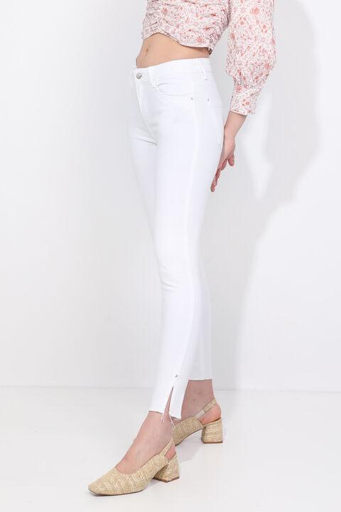 Женские белые джинсы скинни с разрезом