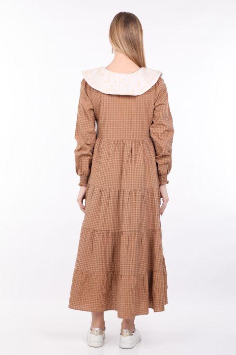 Женское платье в мелкую клетку с широким вырезом