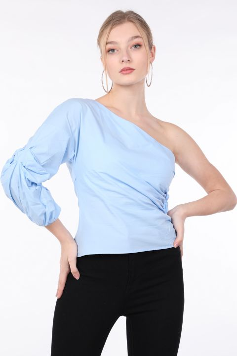 Женская синяя блуза с одним рукавом и оборками