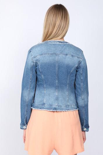 BLUE WHITE - جاكيت جينز نسائي مزين بشراشيب أزرق (1)