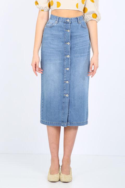 تنورة جينز طويلة نسائية بأزرار زرقاء فاتحة