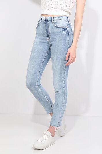 BLUE WHITE - Женские голубые джинсовые брюки с вырезом (1)