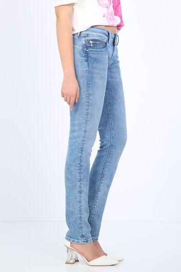 BLUE WHITE - Женские голубые джинсовые брюки с детализированным карманом (1)