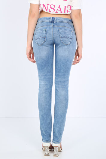 Женские голубые джинсовые брюки с детализированным карманом - Thumbnail