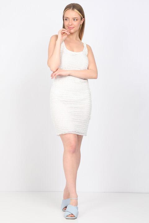 Белое женское платье из гипюра с деталями