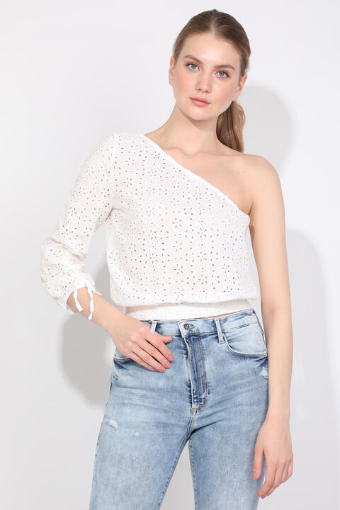 Женская белая блуза с одним рукавом с зубчатым краем