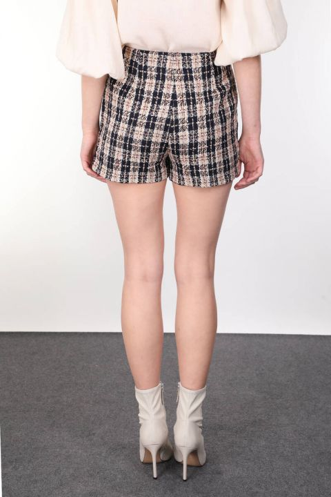 Женские шорты из плотной ткани в клетку с карманами
