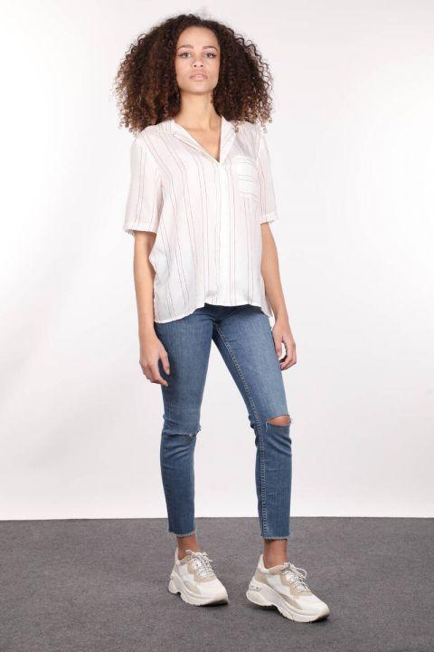 Yakası Nakışlı Beyaz Kısa Kol Kadın Gömlek