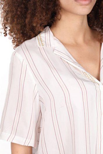 Yakası Nakışlı Beyaz Kısa Kol Kadın Gömlek - Thumbnail